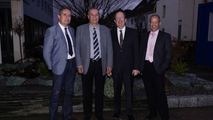 Die Spendenübergabe (v.l.) mit Martin Ritter (Solvita) Daniel Imhof und Daniel Schwendimann (NOVA), Roland Meier (arwo).