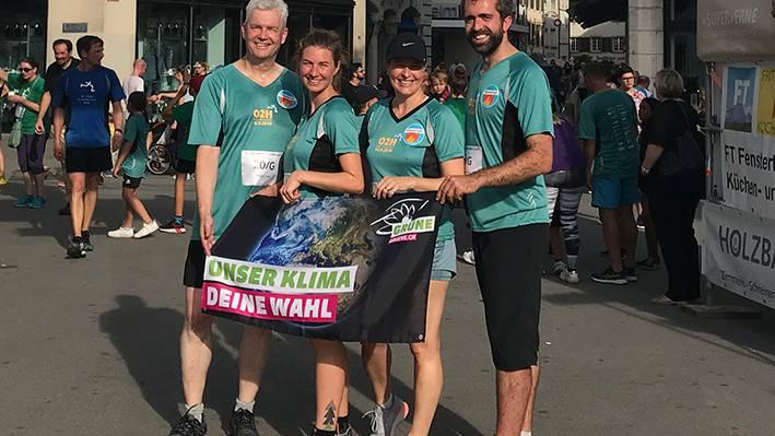 Felix Wettstein, Anna Engeler, Myriam Frey Schär, Raphael Schär-Sommer posieren nach dem 2-Stundenlauf