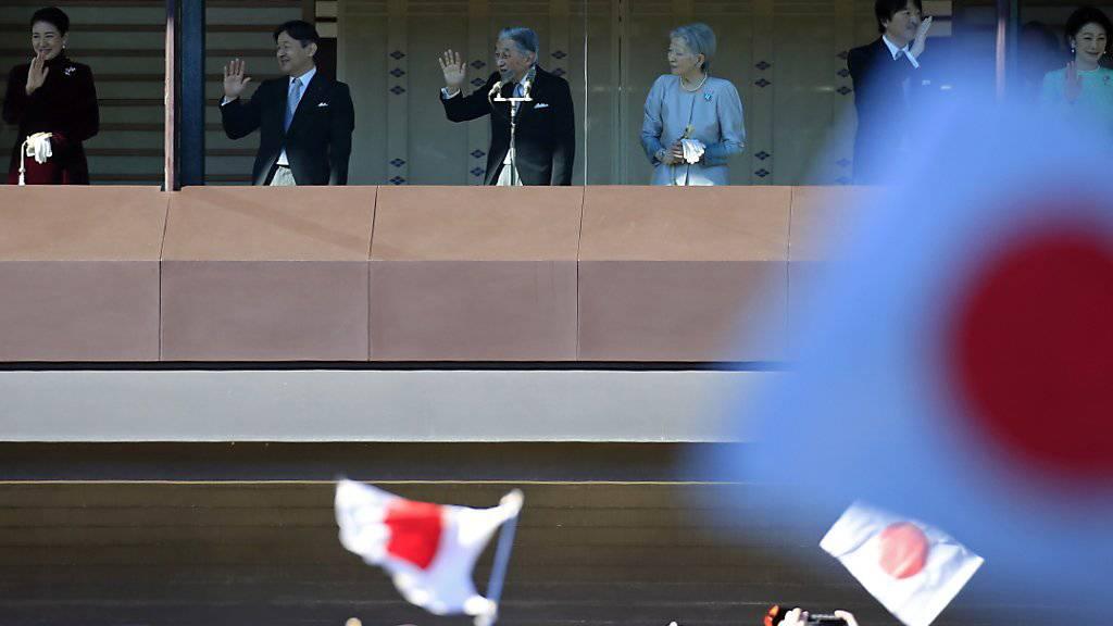 Die Kaiserfamilie Japans trat am Mittwoch in ihrem Palast vor zehntausende Besucher.