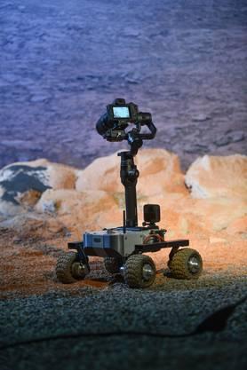 Basler Forschende testen in einer nachgestellten Marslandschaft eine hochauflösende Kamera.