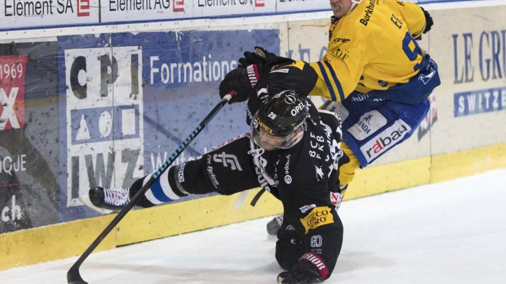 Fribourgs Tristan Vauclair wird von HCD-Spieler Egli zu Fall gebracht