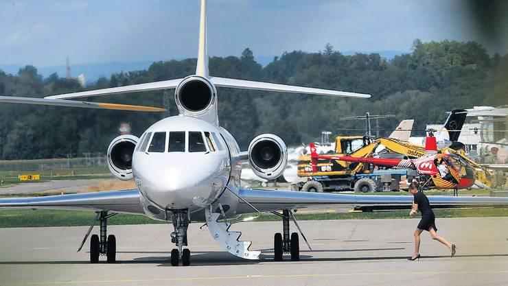 Vor Abflug in Bern: Flugbegleiterin eilt zum Jet. (Alessandro Meocci/ «20 Minuten»)