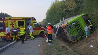 Auf der A19 in der Nähe von Rostock ist ein Flixbus in einen Graben gefahren und umgekippt.