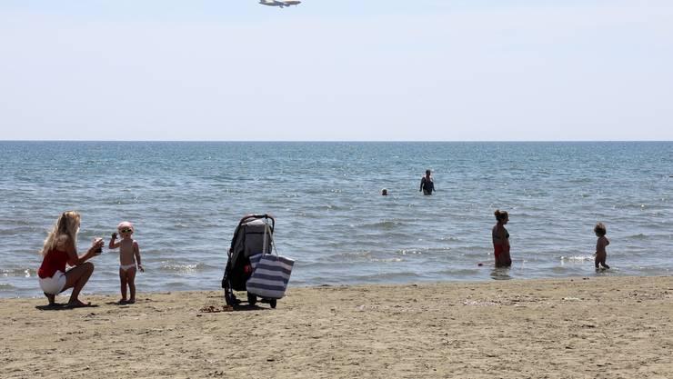 Bald auch für Schweizer wieder per Flugzeug erreichbar: Der Finikoudes-Strand in Larnaca auf der Insel Zypern.