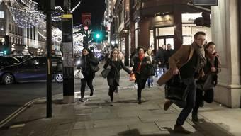 London am 24. November: Das Bild zeigt nur einen Teil der Wahrheit – in anderen Strassen rannten die Leute Schulter an Schulter und wurden umgestossen.