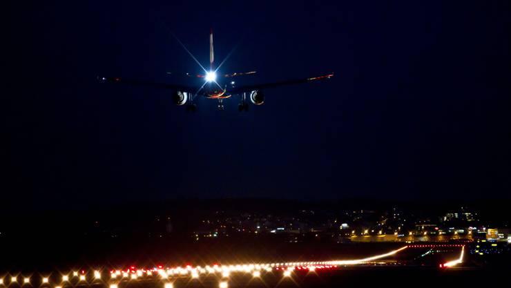 Während wie hier am Flughafen Zürich Flugzeuge nach 23 Uhr nicht mehr landen dürfen, gilt am Basler Euro-Airport das Flugverbot erst ab 24 Uhr. (Archiv)