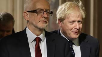 Die beiden wichtigsten Kontrahenten im britischen Wahlkampf: Labour-Chef und Oppositionsführer Jeremy Corbyn (links) sowie Premierminister Boris Johnson von den Konservativen. (Archivbild)