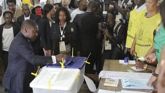 Der mosambikanische Präsident Filipe Nyusi gibt seine Stimme für die Parlaments- und Präsidentschaftswahlen in der Hauptstadt Maputo ab.