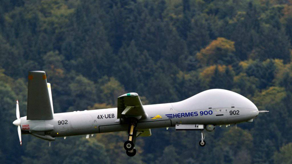 Eine Drohne des Typs Hermes 900 auf einem Testflug. Die Eidgenössische Finanzkontrolle hat den Kauf von sechs Drohnen dieses Typs unter die Lupe genommen. (Archiv)
