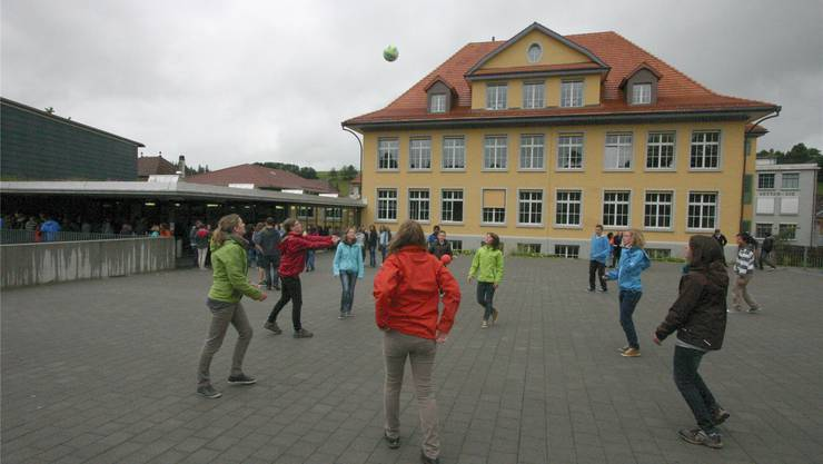 Grosse Pause im Oberstufenschulhaus Hofmatt in Huttwil. jr