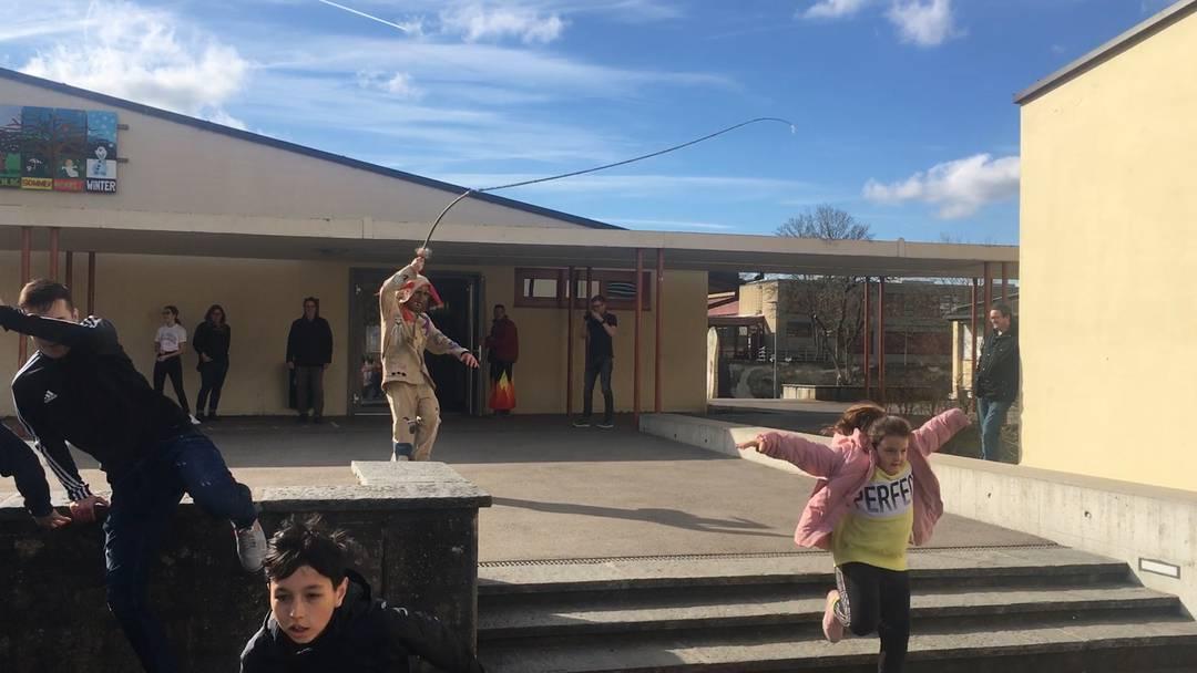 Kinder und Jugendliche auf der Flucht vor den Räbehegel am Schmutzigen Donnerstag 2020 in Klingnau