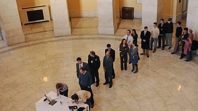 Trauernde tragen sich ins Kondolenzbuch in der Cannon Rotunda auf dem Capitol Hill in Washington ein