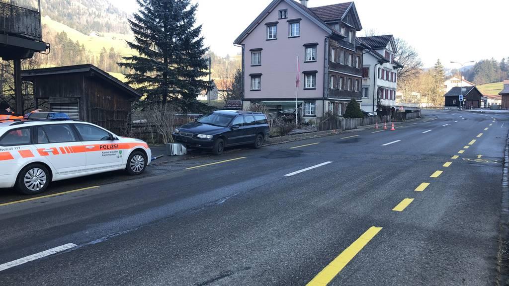 Ohne Führerschein: Volvo-Fahrer kracht in Zaun, Briefkästen und Hydranten