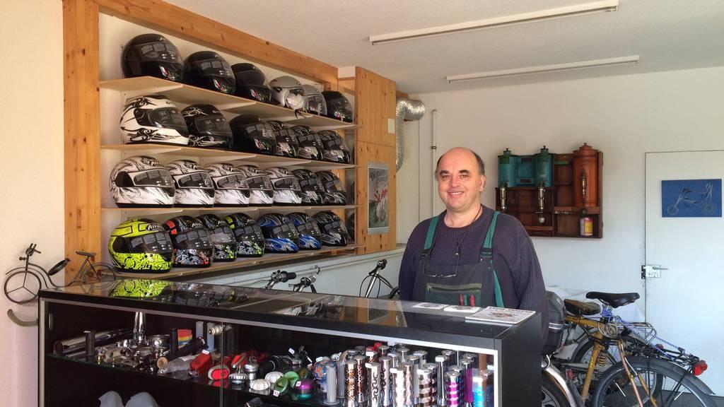 Töffli-Garagist Peter Kugler an seinem Arbeitsplatz.