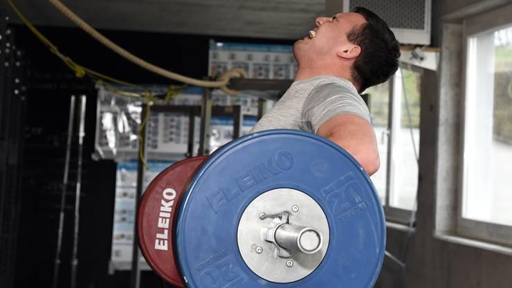 Joel Strebel wuchtet 180 Kilogramm in die Höhe.