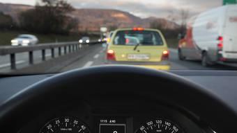 Wie aus einem Film: Ein 56-jähriger Autofahrer stoppt ein fahrendes Auto, in welchem sich eine ohnmächtige Frau befindet. (Symbolbild)