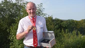 Stolz auf die Siegermedaille: Isidor von Arx nach der Siegerehrung auf dem Flugplatz Bressaucourt.