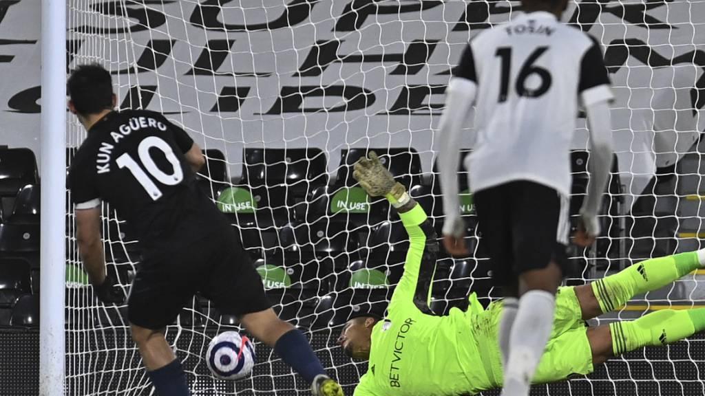 Manchester Citys Sergio Agüero trifft mittels Penalty zum 3:0-Schlussresultat gegen Fulham