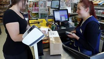 Bei Dorfläden mit Postagenturen kümmern sich die Verkäuferinnen und Verkäufer um die Post. (Symbolbild)
