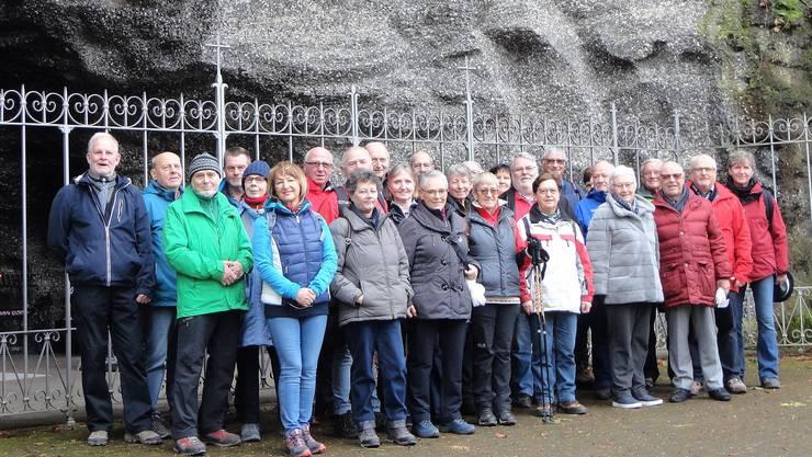 die Wandernden vor der Lourdes-Grotte Leuggern
