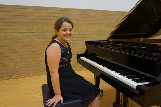 «Ich übe täglich 40 Minuten Klavier und das seit zwei Jahren. Am Konzert werde ich ein Präludium von Bach und ‹Die Affen rasen› vortragen. Wenn man zuhört, hat man das Gefühl, es sei einfach. Doch beim Spielen zeigen sich die Schwierigkeiten. Lehrerin Xu hat aber immer eine gute Lösung, wenn man etwas noch nicht kann. Wenn ich aber ein Stück beherrsche, dann kann ich meinen Emotionen freien Lauf lassen. Neben Klavier würde ich auch noch gerne Gitarre lernen.»