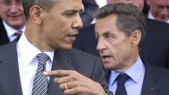 Barack Obama und Nicolas Sarkozy (im Hintergrund) am G8-Gipfel in Deauville