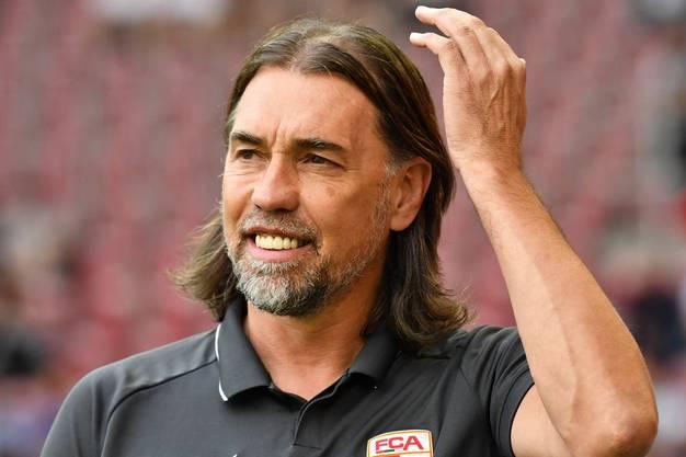 Hat sein Lachen wieder gefunden: Nach einem schwierigen Saisonstart feiert Martin Schmidt mit seinem FC Augsburg gegen Eintracht Frankfurt den ersten Saisonsieg.