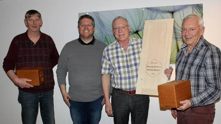 (V.l) Hugo Rötheli, Daniel Berger, Roman Berger und Erwin Kissling. Rötheli und Kissling erhielten für ihre langjährige Vorstandsarbeit ein Apidea-Zucht-Kästchen. Berger, welcher dem Verein 15 Jahre vorstand, wurde ein Schweizerkastentürchen mit Widmung überreicht.