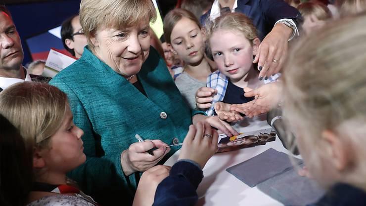 Angela Merkel ist auch bei deutschen Kindern und Jugendlichen beliebt: Bei der U18-Wahl holten CDU und CSU in Deutschland am meisten Stimmen. (Archiv)
