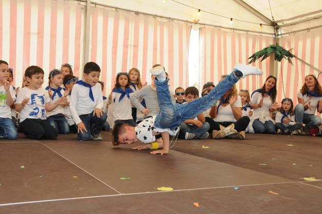 Die Breakdance-Einlage der Sechstklässler findet insbesondere bei den Mädchen viel Anklang.