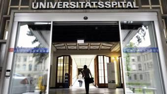 Haupteingang des Unispitals Zürich, wo die Staatsanwaltschaft nun ermittelt.