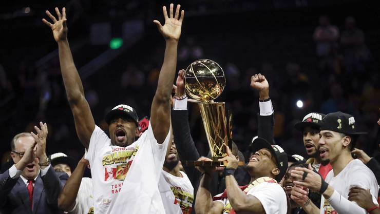 Die Raptors feiern ihren NBA-Titel mit dem Pokal.
