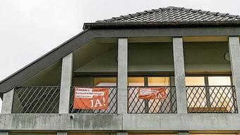 Die orangen Banner am Verwaltungsgebäude der Katholischen Landeskirche in Aarau hat ein Mitarbeiter bezahlt.