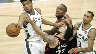 Der Grieche Giannis Antetokounmpo (links) führte die Milwaukee Bucks zum zweiten Sieg in den Playoff-Halbfinals der NBA gegen die Toronto Raptors