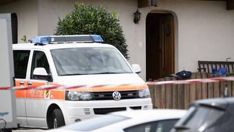 Die Polizei hat einen Perimeter um das Haus abgesperrt - die Eingangstüre steht offen.