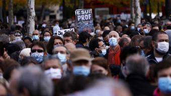 «Je suis prof» («Ich bin Lehrer»): Der Slogan – angelehnt an die #jesuischarlie-Kampagne von 2015 – war gestern im ganzen Land überall zu sehen.