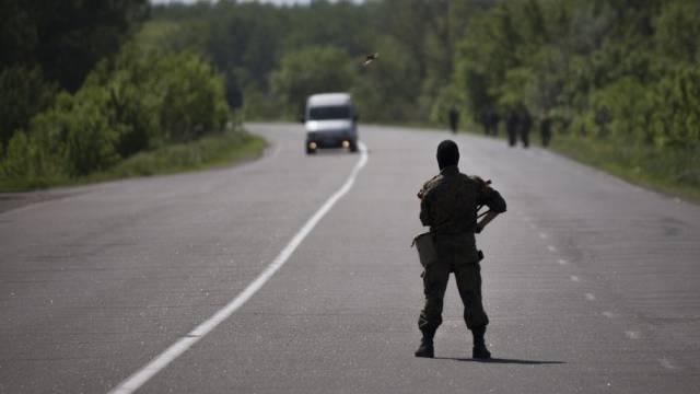 Ein prorussischer Kämpfer bewacht einen Checkpoint vor Slawjansk