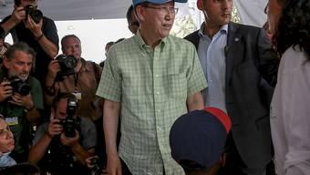 UNO-Generalsekretär Ban Ki Moon beim Besuch eines Flüchtlingscamps auf Lesbos.