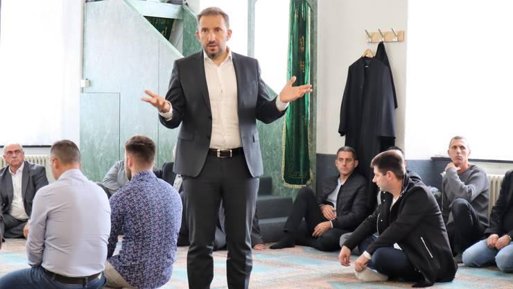 Tag der offenen Moschee in Reinach: Imam Bekim Alimi erklärt.