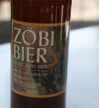 Britisch Das Zöbi Bier wird in Arisdorf hergestellt. Von einem Liebhaber englischer Biere. Daran scheint sich zumindest das Sortiment zu orientieren: Vom hellen Ale zum schwarzen Stout ist alles erhältlich. Das fruchtige Pils ist noch das süffigste Produkt aus der Brauerei Zöbi. Als «leicht gehopft» beschreibt der Braumeister sein flaschengegärtes Fabrikat. Doch auch diese Biersorte hat es in sich. Schon beim Öffnen können wir einen starken Zitrusgeruch feststellen. Auch beim Trinken spürt der Tester ein leicht säuerliches Kräuseln auf der Zunge , das die Schwere und Tiefe des bernsteinfarbenen Getränks nicht ganz aufzuheben vermag. Viel Charakter ist dem Geniesser gewiss. Dennoch wird es auch viele Hopfenfreunde geben, denen dieses Bier zu stark ist. Es schmeckt, als ob man sich nach harter Gartenarbeit etwas gönnen möchte. Note 4.5
