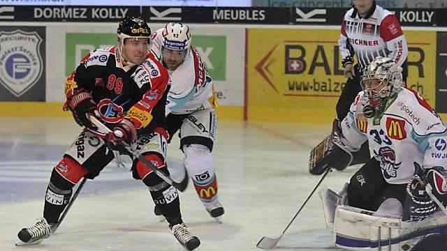 Andrej Bykow im Duell mit Laker-Goalie David Aebischer.
