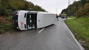 Unfall Däniken: Lieferwagen kippt