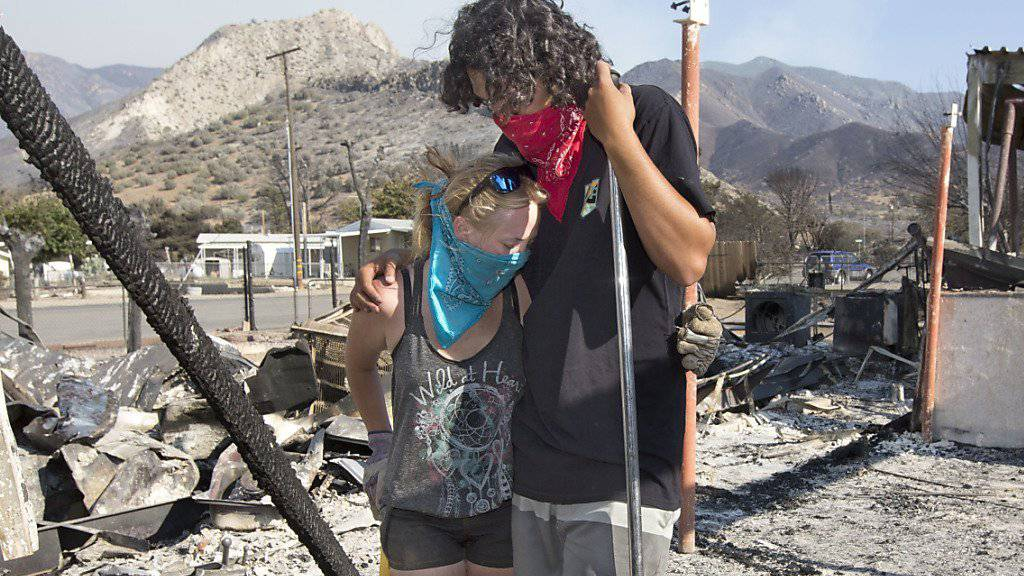 Kalifornien leidet unter den Waldbränden. Dieses Paar steht vor seinem zerstörten Haus.