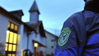 Ein Polizist patrouilliert in Meyrin bei Genf vor einer koptischen Kirche