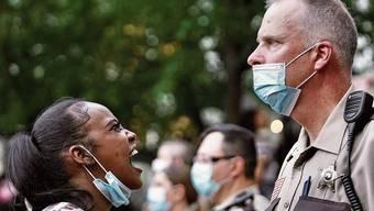 Blanke Wut: Eine Demonstrantin schreit bei den Protesten in Minneapolis einen Vertreter der Polizei an.