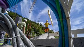 Im Unterengadin manipulierten Bauunternehmen über Jahre hinweg Beschaffungen im Hoch- und Tiefbau. Die Wettbewerbskommission hat sieben Firmen mit insgesamt rund 7,5 Millionen Franken gebüsst. (Symbolbild)