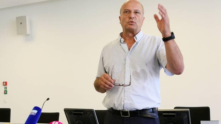 Filippo Leutenegger erklärt die Vorgehensweise an der Pressekonferenz.