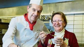 Emil Bolli und seine Cousine Hanny Dorer in der Hotelküche beim Kosten einer Kürbissuppe.