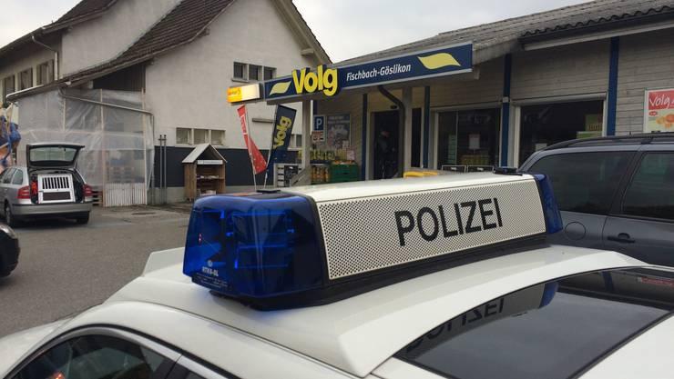 Die Polizei vor der Volg-Filiale in Fischbach-Gösilkon.