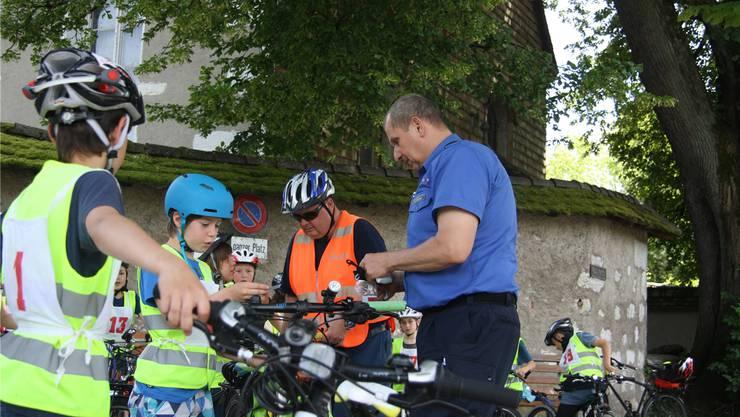 Konrad Müller (vorne) und sein Kollege Adrian Bitzi checken die Velos und briefen die Prüflinge, bevor es losgeht.